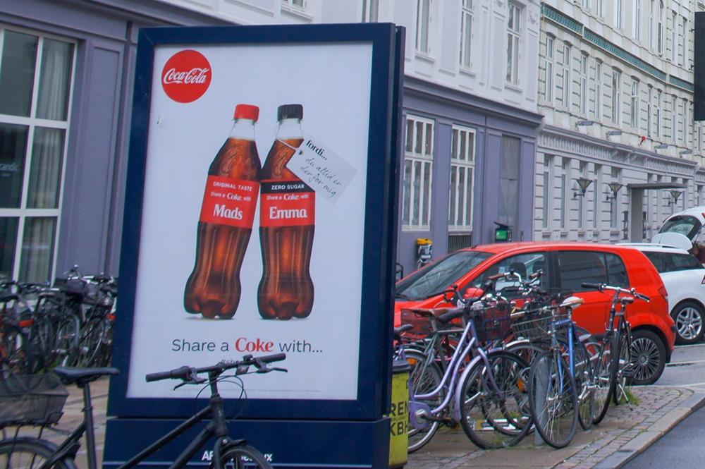 コカコーラの広告、めちゃくちゃシンプルですね