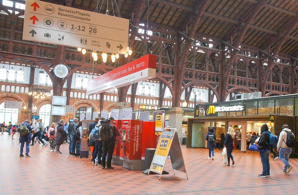 中央駅。案内板もマックもシンプル。色数も絞られているのでスッキリしてますよね。