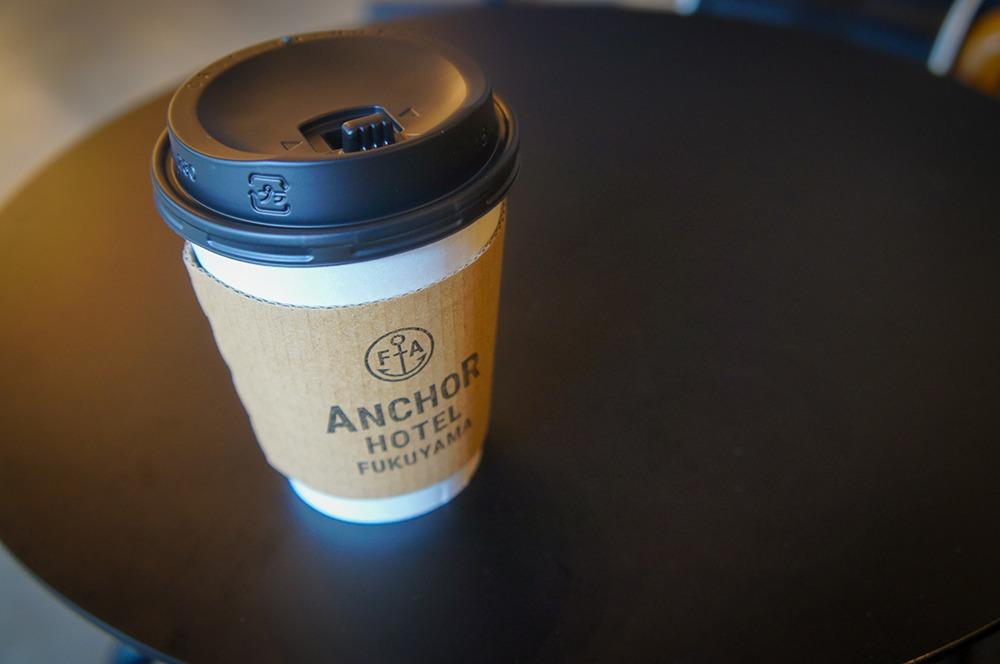 無料のコーヒーも本格的。アンカーホテルのロゴスタンプが押してあるだけなんですが、一気にスタイリッシュになります。