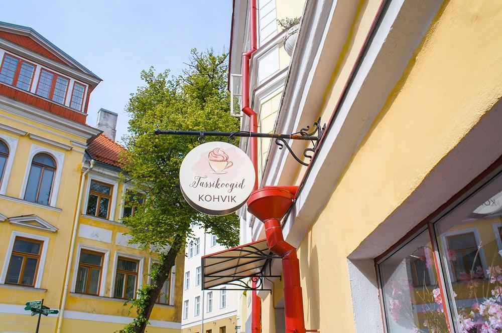 こちらはカフェですかね?早い時間だったので、オープンしておらず...。 ピンクをメインに筆記体も丸みがあるので、可愛らしい雰囲気のお店だったと推測。