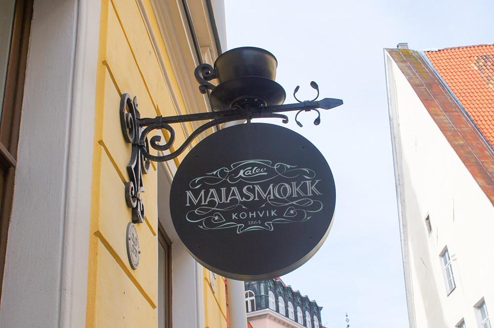 PIKK通りにある「Maiasmokk Cafe」という老舗のカフェです。スプーンで作られた観覧車の模型がディスプレイされています。大人気のカフェなので、激混み。