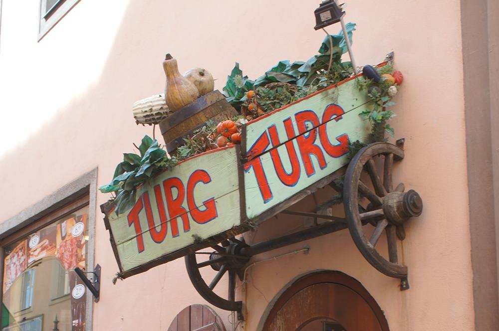 野菜が沢山のったリアカーらしきものが壁から突き出しています。インパクト大ですね。「TURG」がエストニア語で「市場」なので野菜を売っている店かな?