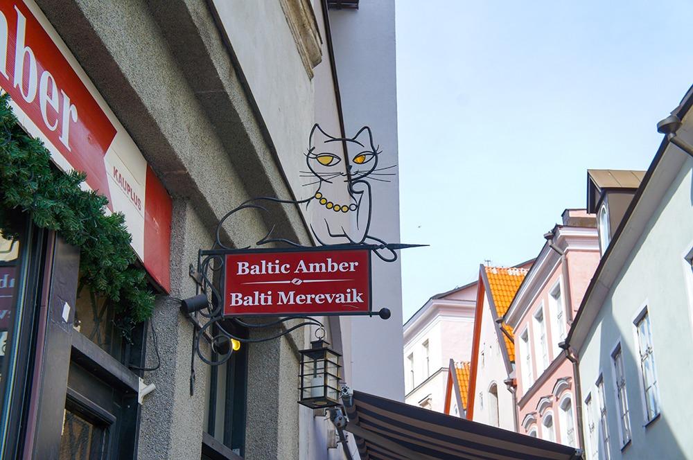 高貴な感じの猫の看板。なんだろ...?「Baltic amber」「Balti merevaik」と書いてあるので調べると、どちらも「バルト海琥珀」って意味みたいです。なるほど〜納得!猫の目と首輪が黄色いのは琥珀をイメージしていたからなのか...!