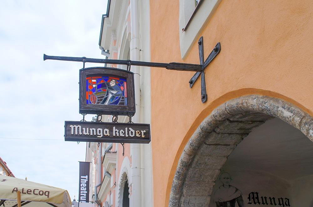 「Munga Kelder」という郷土料理を提供するお店の看板です。ステンドグラスが色鮮やかでとってもきれいですね。こちらもブラックレター体を使用した店名